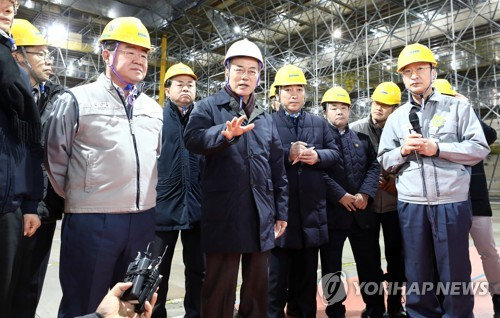 造船所を訪問した文在寅大統領(手前中央)=3日、巨済(聯合ニュース)