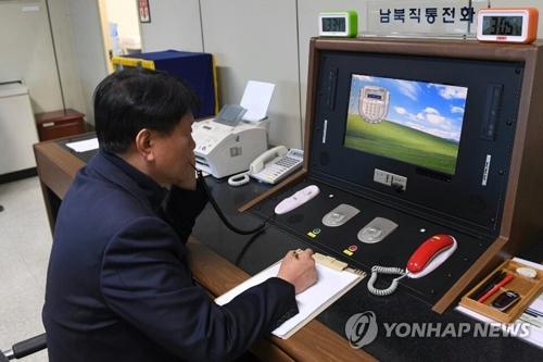 板門店の共同警備区域(JSA)で北朝鮮側と通話する韓国側の連絡官(統一部提供)=3日、ソウル(聯合ニュース)