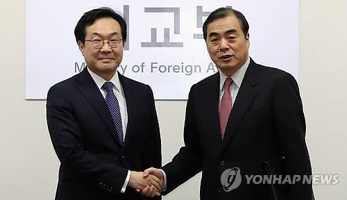 握手を交わす李氏(左)と孔氏=5日、ソウル(聯合ニュース)
