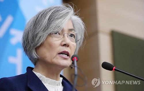 慰安婦合意への新たな対応方針を発表する康氏=9日、ソウル(聯合ニュース)