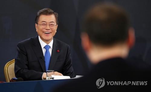 記者会見で報道陣から質問を受ける文大統領=10日、ソウル(聯合ニュース)