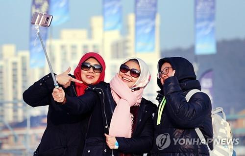 江原道で記念写真を撮る外国人旅行客=(聯合ニュース)