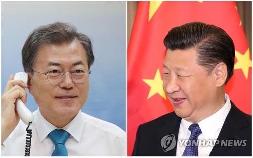 習主席(右、資料写真)と電話会談する文大統領(青瓦台提供)=(聯合ニュース)
