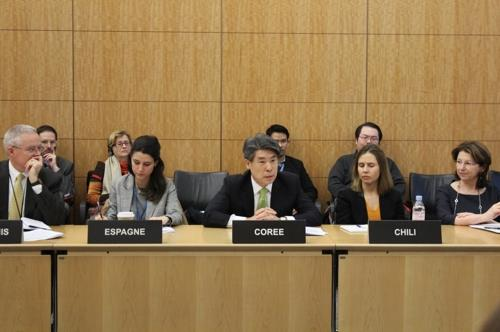 ユン・ジョンウォンOECD代表部大使(中央、OECD韓国政府代表部提供)=(聯合ニュース)