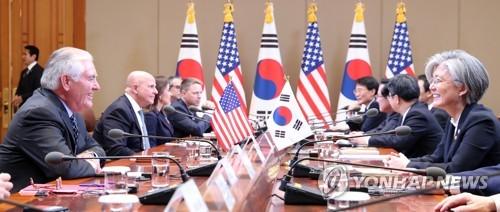 昨年11月7日、ソウルで開かれた韓米首脳会談に同席した康氏(右)とティラーソン氏=(聯合ニュース)