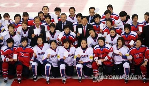 昨年4月、韓国で行われたアイスホッケー女子の世界選手権4部に相当するディビジョン2Aの試合で南北が対戦後、記念撮影を行っている(資料写真)=(聯合ニュース)