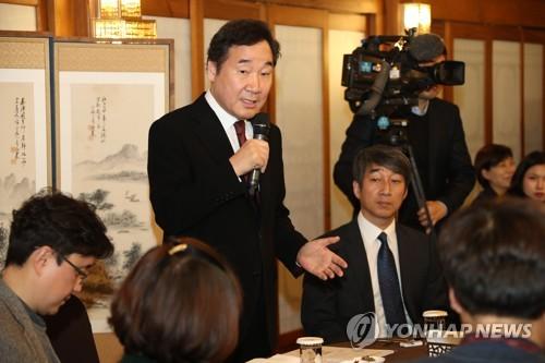 懇談会で発言する李首相=16日、ソウル(聯合ニュース)
