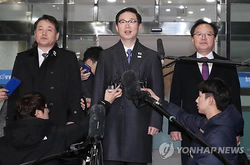 出発前に報道陣の質問に答える韓国代表団=17日、ソウル(聯合ニュース)