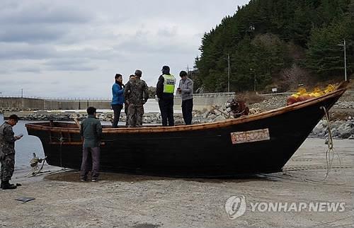 鬱陵島沖で7日に発見された北朝鮮のものとみられる木造船。中から4人の遺体が見つかった(読者提供)=(聯合ニュース)