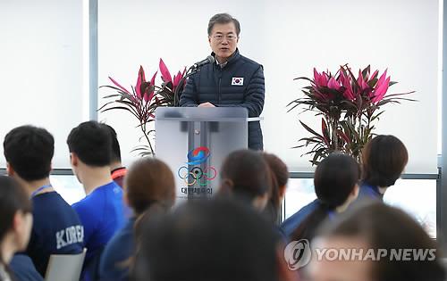 韓国代表選手を激励する文大統領=17日、鎮川(聯合ニュース)