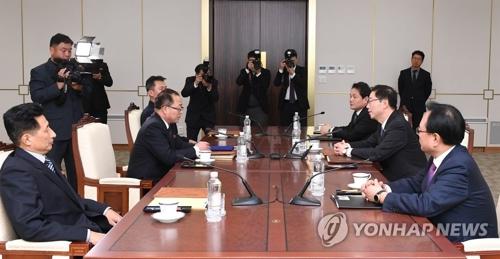 南北軍事境界線がある板門店の韓国側施設「平和の家」で実務会談を行う南北代表団(統一部提供)=17日、ソウル(聯合ニュース)