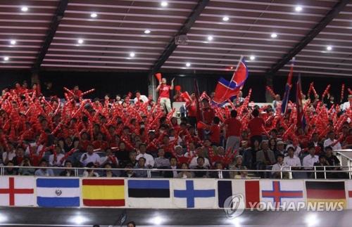 2014年4月に東京で開かれた卓球の世界大会で、北朝鮮選手を応援する朝鮮総連の応援団(資料写真)=(聯合ニュース)