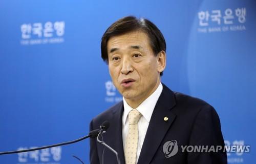 記者の質問に答える李総裁=18日、ソウル(聯合ニュース)