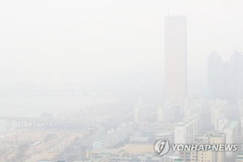 PM2.5の大気中濃度が高くなり注意報が発令された18日、白くかすむソウルの街=(聯合ニュース)
