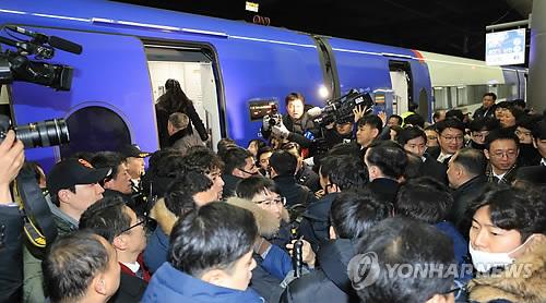 北朝鮮視察団を取材する報道陣=21日、ソウル(聯合ニュース)
