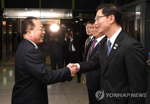 17日の次官級実務会談で握手を交わす南北関係者=(聯合ニュース)