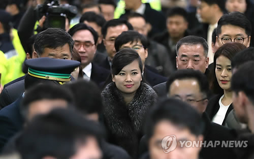 平昌五輪会場の東部・江陵に到着した北朝鮮の視察団。中央は団長の玄松月氏=21日、江陵(聯合ニュース)