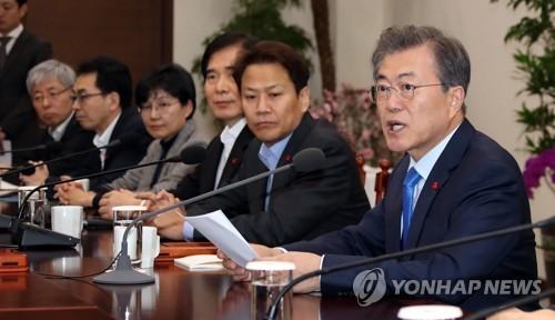 会議で発言する文大統領(右端)=22日、ソウル(聯合ニュース)
