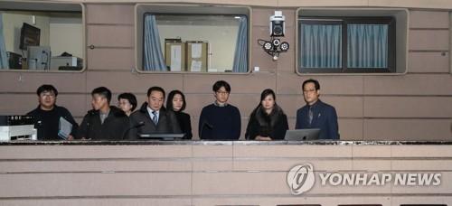 国立劇場を点検する視察団一行(写真共同取材団)=22日、ソウル(聯合ニュース)