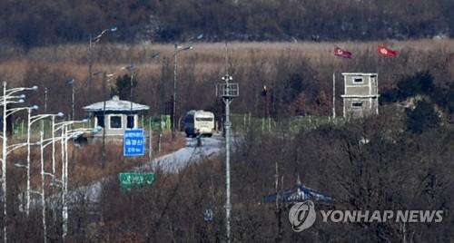 北朝鮮に入る韓国先発隊を乗せたバス=23日、高城(聯合ニュース)