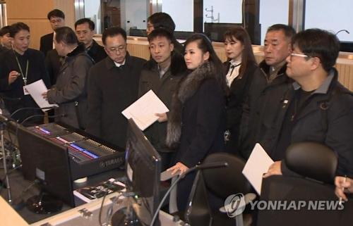 江陵アートセンターを視察する北朝鮮視察団=(聯合ニュース)