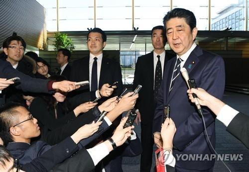 記者団の取材に応じる安倍首相=24日、東京(共同=聯合ニュース)