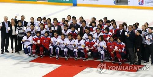 アイスホッケーの国際大会で記念撮影する韓国と北朝鮮の選手(資料写真)=(聯合ニュース)