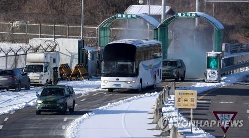 北朝鮮の先発隊とアイスホッケー女子選手団を乗せた車両が南北を結ぶ京義線道路を通って韓国側に入っている=25日、坡州(写真共同取材団=聯合ニュース)