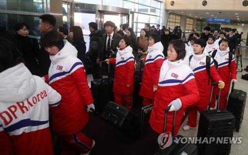 南北出入事務所(CIQ)に到着した北朝鮮のアイスホッケー女子選手団=25日、坡州(写真共同取材団=聯合ニュース)
