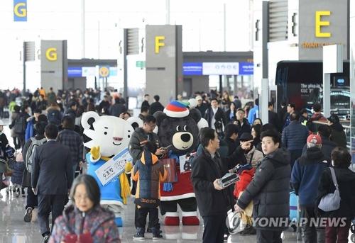 18日に開業した仁川国際空港の第2ターミナルでは、平昌五輪・パラリンピックのマスコットが五輪をPRした=(聯合ニュース)