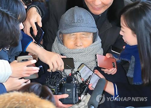 ソウル中央地検に到着した李氏=26日、ソウル(聯合ニュース)
