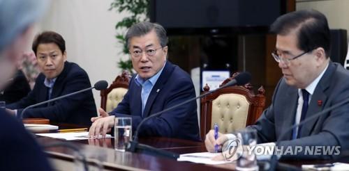 首席秘書官・補佐官会議で発言する文大統領=26日、ソウル(聯合ニュース)