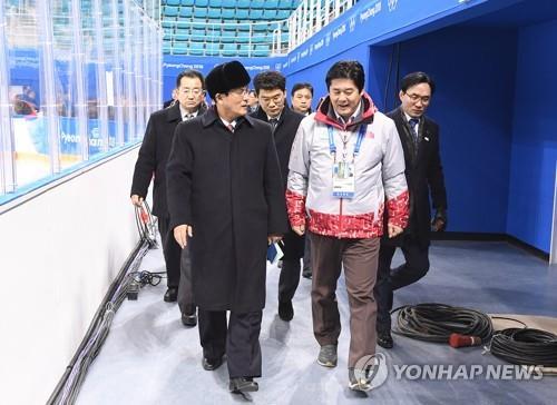 25日、平昌五輪のアイスホッケー会場の関東ホッケーセンターを視察する北朝鮮の先発隊(政府合同支援団提供)=(聯合ニュース)