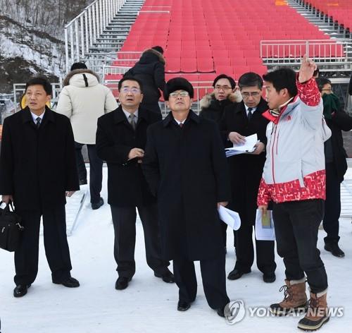 北朝鮮体育省の尹勇福(ユン・ヨンボク)副局長(手前中央)が率いる先発隊は25日から韓国を訪れ、五輪競技場などを視察した=(政府合同支援団提供)=(聯合ニュース)