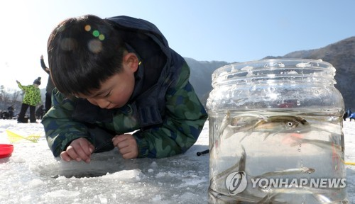 ワカサギ釣りに夢中の子ども=(聯合ニュース)