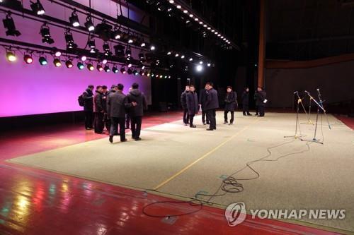 金剛山文化会館の施設を点検する韓国側先発隊(統一部提供)=(聯合ニュース)