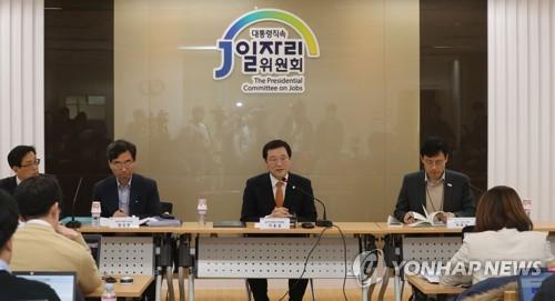 若者の雇用対策に関する記者懇談会で政策を説明する李副委員長(中央)=30日、ソウル(聯合ニュース)