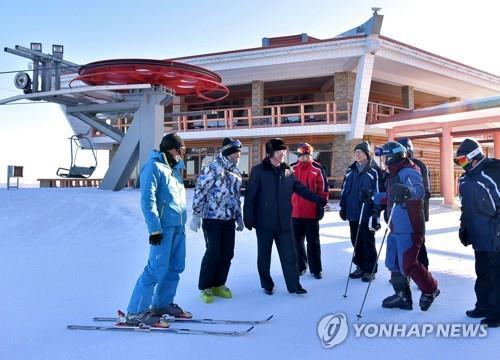 馬息嶺スキー場の施設を点検する韓国視察団=(朝鮮中央通信=聯合ニュース)