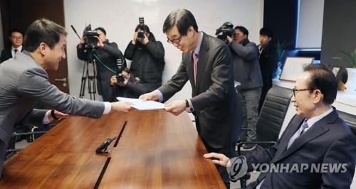 李元大統領側に招待状を渡す韓氏(左)=31日、ソウル(聯合ニュース)