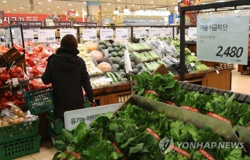 スーパーで買い物をする消費者(資料写真)=(聯合ニュース)