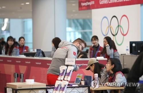 仁川空港第2ターミナルの案内ブースを訪れた外国人観光客=(聯合ニュース)