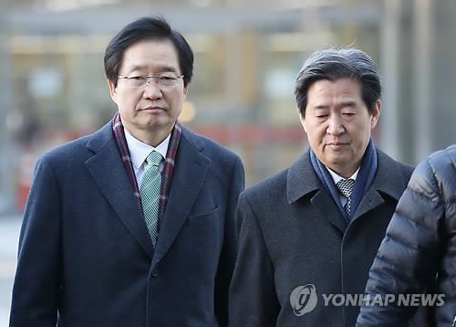 逮捕状の発付可否の審査を受けるため、ソウル東部地裁に出頭する金氏(左)と尹氏=1日、ソウル(聯合ニュース)
