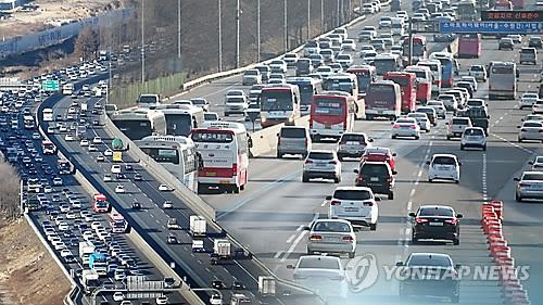 旧正月連休、帰省客らで混雑する高速道路(資料写真)=(聯合ニュース)