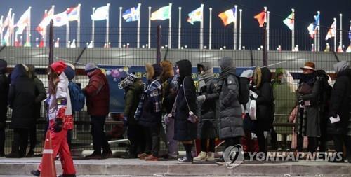 リハーサルのため会場に入る観覧客ら=3日、平昌(聯合ニュース)