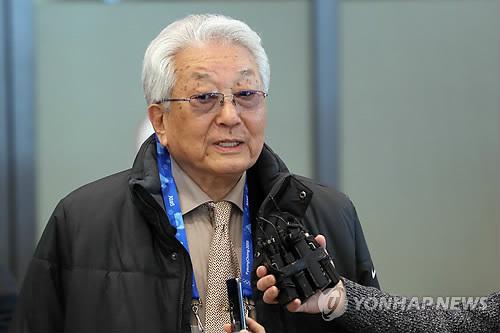 仁川空港で報道陣の質問に答える張氏=4日、仁川(聯合ニュース)