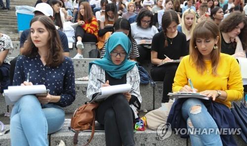 ソウルの延世大で開かれた外国人作文コンテストに参加する留学生ら(資料写真)=(聯合ニュース)