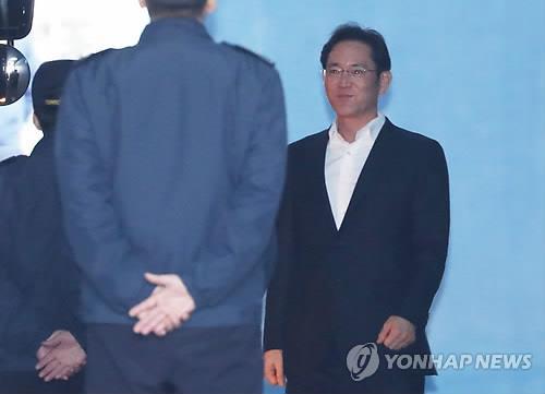 釈放され笑顔を見せる李氏=5日、ソウル(聯合ニュース)