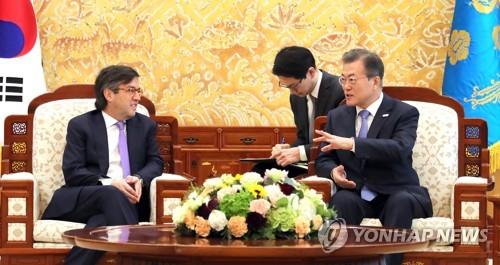 会談する文大統領(右)とモレノ総裁=5日、ソウル(聯合ニュース)