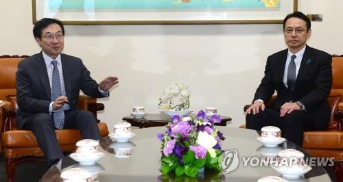 李度勲氏(左)と金杉憲治氏(資料写真)=(聯合ニュース)