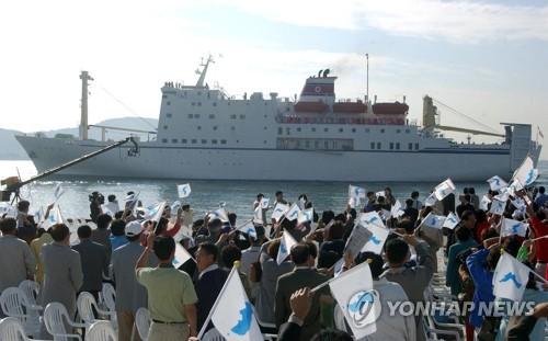 02年、釜山アジア大会の応援団を乗せて釜山の多大浦港に入港する万景峰92(資料写真)=(聯合ニュース)